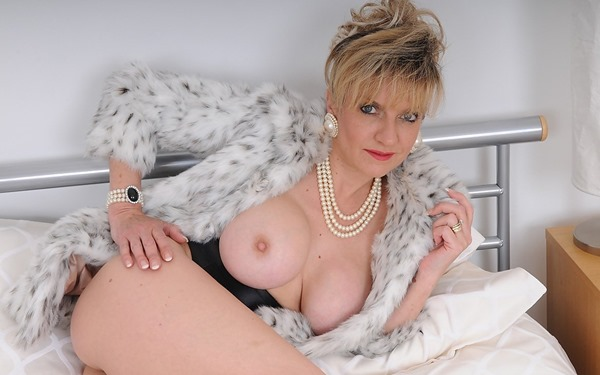 lady-sonya-come-to-bed